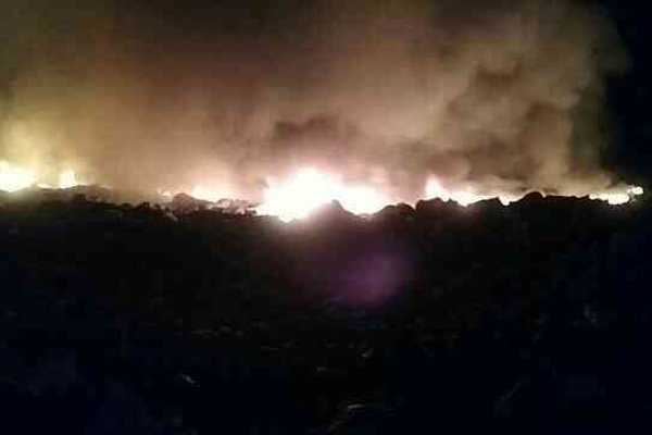 Požiar na skládke odpadov bolo vidieť už z diaľky.