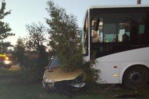Autobus odtlačil auto až do záhrady rodinného domu.