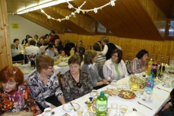 Spoločne pri stole. Bývalí domováci a zamestnanci spomínali na roky v domove aj pri dobrom jedle.