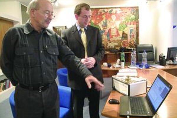 """Prístroj prečíta historický dokument, analýzu """"vyhodí"""" v počítači. Vľavo Vladimír Bukovský s nemeckým dodávateľom prístroja."""