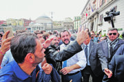 Taliansky minister vnútra Matteo Salvini s podporovateľmi.