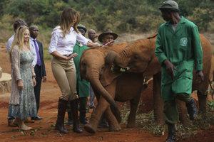 Prvá dáma USA v africkej Keni kŕmila sloníčatá.