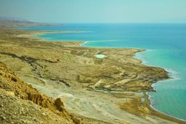 Mŕtve more napriek stálemu prítoku vody z rieky Jordán postupne vysýcha.