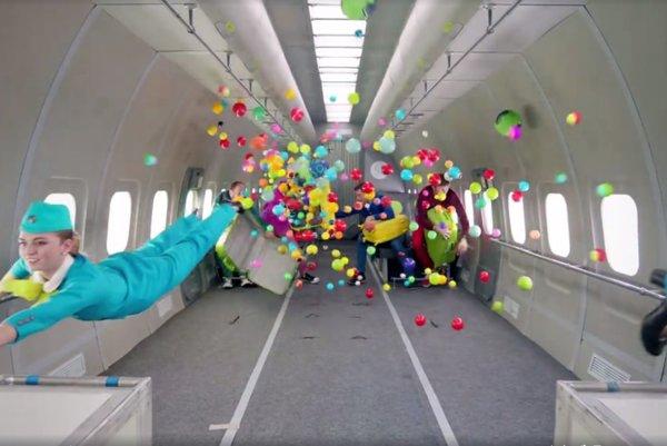 Členovia kapely tancujú v trojminútovom klipe pri zníženej gravitácii.