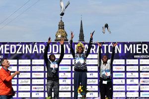 Zľava: Sheila Jerotich z Kene (2. miesto), Milliam Naktar Ebongon z Kene (1. miesto) a Jemila Wortesa Shure z Etiópie (3. miesto) počas slávnostného vyhlasovania víťazov 95. ročníka Medzinárodného maratónu mieru v Košiciach.