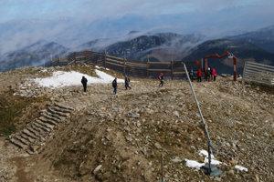 Vybudovaním lanovky sa hrebeň sprístupnil. Návštevníci sa ale väčšinou držia iba v okolí Chopku.