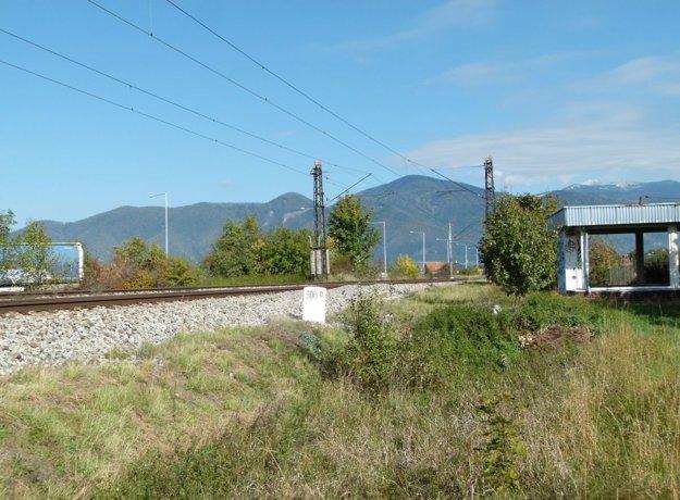 Pri podchode budú železničiari opravovať zvršok, čo má byť súčasťou novej zastávky.