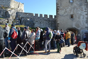 Takto čakali na obľúbený suvenír na Spišskom hrade v piatok dopoludnia.