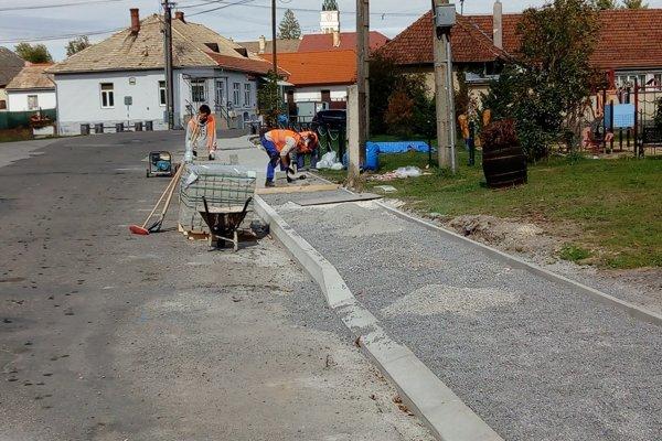 V Babinej dokončujú chodníky na Dolnej ulici.
