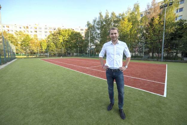 Martin Kapitulík na vynovenom ihrisku pri Základnej škole na Limbovej na Solinkách.
