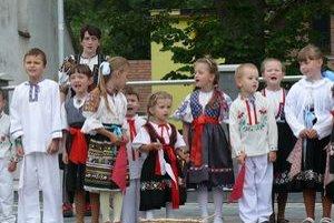 Vystúpenie malých folklóristov z Mestečka.⋌