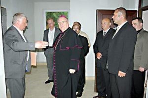Priestory novej fary si prezrel aj biskup Tomáš Galis.