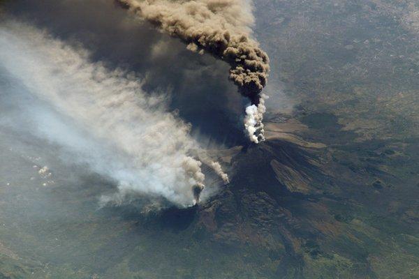 Erupcia Etny v októbri 2002. Juhovýchodný svah sopky sa posúva smerom k moru.