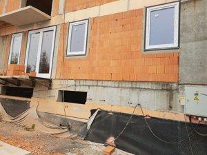 Hrubá stavba je dokončená a na bytoch sú už osadené okná.