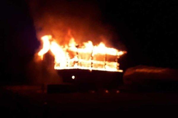 V areáli futbalového stánku, v ktorom sa kedysi hrala druhá najvyššia súťaž v krajine, horí.