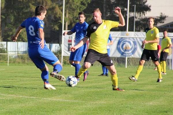 Nižná (v modrom) sa ujala vedenia v 73. min, no tri body proti Vavrečke (v žltom) nezískala.