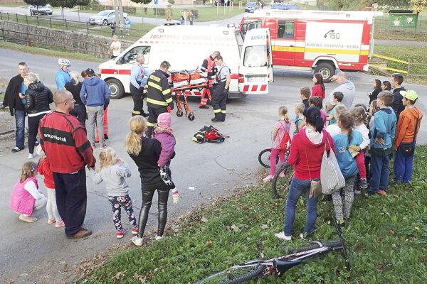 Ku nehode sa okamžite zbehlo veľa zvedavcov.