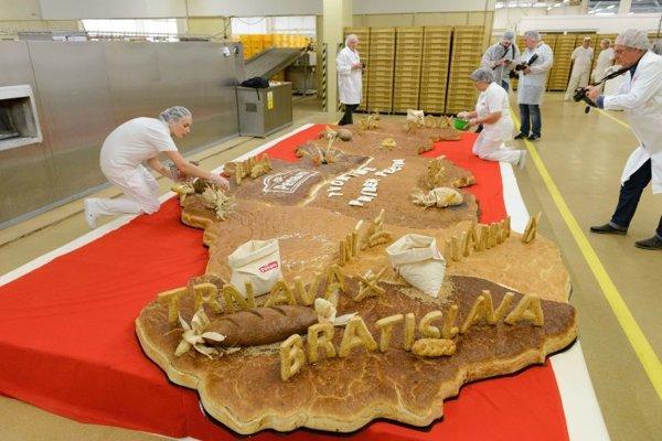 Vytvorením puzzle z chleba v tvare mapy Slovenska oslávili pekári z piatich pekární v Nitre Svetový deň chleba. Rekordné puzzle boli dlhé 704 centimetrov, široké 335 centimetrov a pekári ho zložili z cesta najobľúbenejšieho chleba v každom regióne Slovenska.