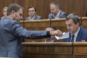 Andrej Danko (SNS) a vľavo poslanec NR SR Igor Matovič (OĽaNO) počas 35. schôdze parlamentu.