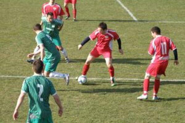 Prečínčania (v červenom) na snímke proti Ladcom vyradili Holíč a postúpili o súťaž vyššie.