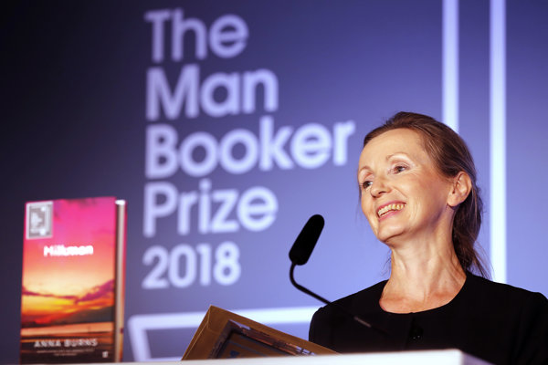 Anna Burnsová si preberá Man Bookerovu cenu.