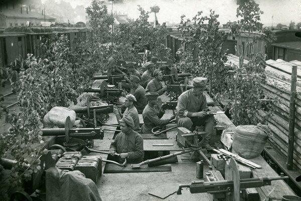 Československí legionári v improvizovanom obrnenom vlaku v ruskej Ufe.