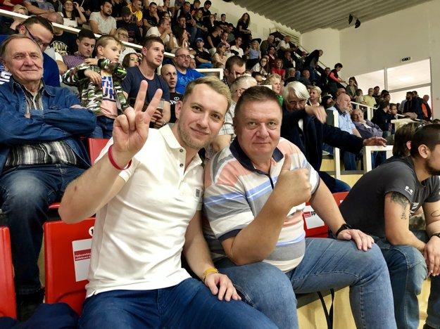 Peter Durmis patrí aj k skalným fanúšikom žilinského basketbalu. Na fotke s Martinom Kapitulíkom počas jedného zo zápasov.