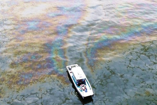 Ropná škvrna v Mexickom zálive.
