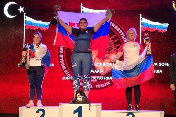 Barbora Bajčiová (v strede) vyhrala titul na pravú i ľavú ruku.