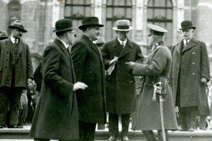 Minister zahraničných vecí E. Beneš v rozhovore so zemským vojenským veliteľom generálom J. Šnejdárkom počas svojej návštevy Košíc v máji 1925.