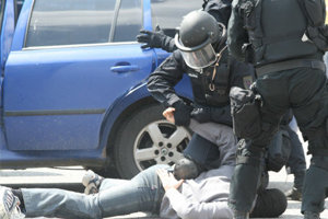 Policajti zadržali osem osôb.