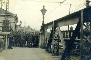 Československí legionári strážia most cez Dunaj - ešte predtým než republika získala predmostie Bratislavy, čiže Petržalku s jej okolím.
