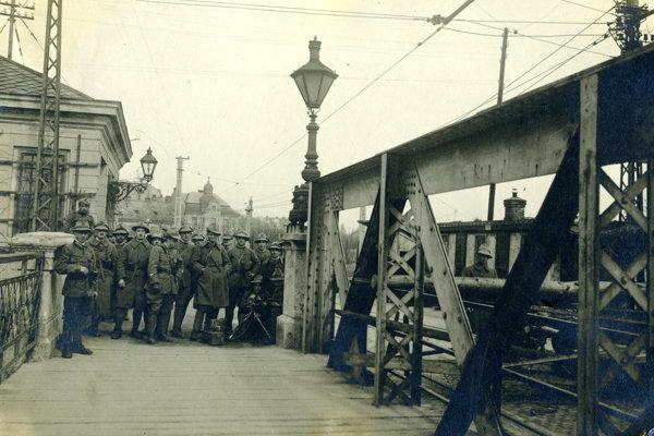 Československí legionári strážili pred maďarskou armádou most cez Dunaj. Museli však čeliť aj útokom štrajkujúcich robotníkov.