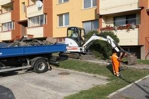 Opravy chodníkov sú v Skalici v plnom prúde.