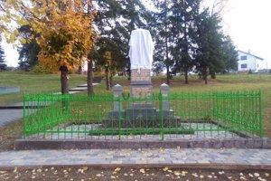 Obnovený pamätník čaká na odhalenie.