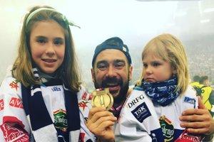 Jozef Kilo Kováčik so svojimi dcérkami po zisku zlata s Kometou Brno.