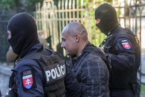 Polícia odvádza obvineného Tomáša Szabóa, ktorý mal strieľať.