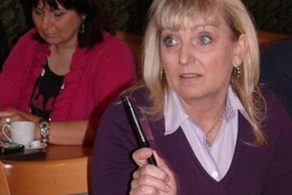 K spôsobu zverejňovania zmlúv sa kriticky vyjadrila poslankyňa Eva Kvocerová.