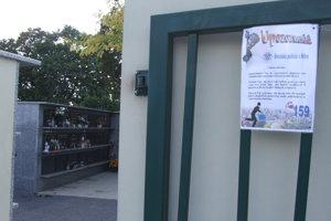 Upozornenie na zlodejov pred kolumbáriom, ktoré sa nachádza pri mestskom cintoríne.