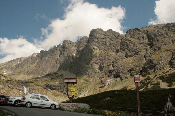 Vysoké Tatry sú obľúbeným miestom návštevníkov.