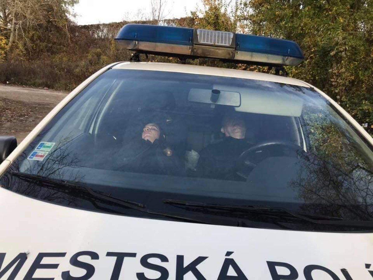 5dd2b3e65 Policajti, spiaci v aute, vyvolali na sociálnych sieťach doslova ...