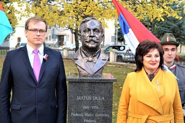 Predseda Matice slovenskej Marián Gešper (vľavo) pri buste Matúša Dulu.