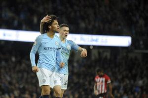 Leroy Sané (vľavo) z Manchesteru City sa teší zo svojho gólu so spoluhráčom Philom Fodenom.