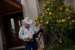 Michael Vickers na svojom pozemku cudzie milície nechce.