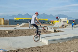 Mládež sa teší z nového skateparku.