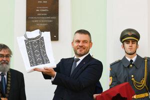 Predseda vlády SR Peter Pellegrini so skalickým krojom po odhalení pamätnej tabule pri príležitosti 100. výročia príchodu Československej dočasnej vlády na Slovensku do Skalice.