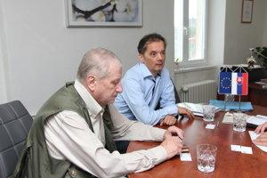 Predseda Politických väzňov - Zväzu protikomunistického odboja Ján Litecký-Šveda a podpredseda organizácie Rafael Rafaj na rokovaní o metodickej pomôcke.