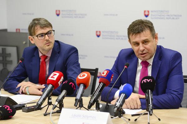 Minister životného prostredia László Sólymos (vpravo) a riaditeľ Inštitútu environmentálnej politiky Martin Haluš.