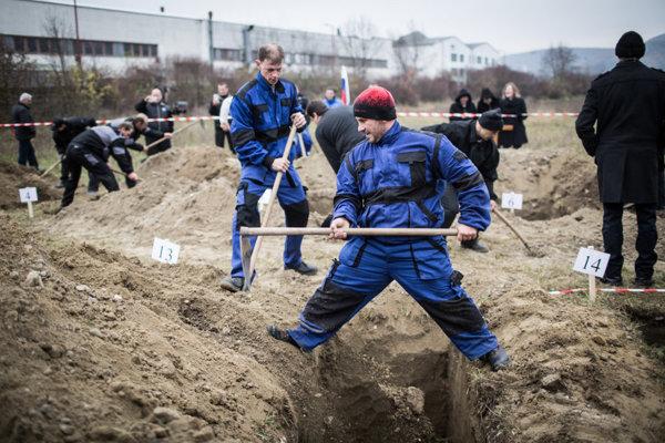 Súťaž v kopaní hrobov v Trenčíne.