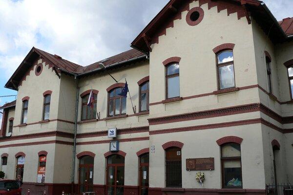 Vonjkajší pohľad na Železničnú stanicu vo Vrútkach.